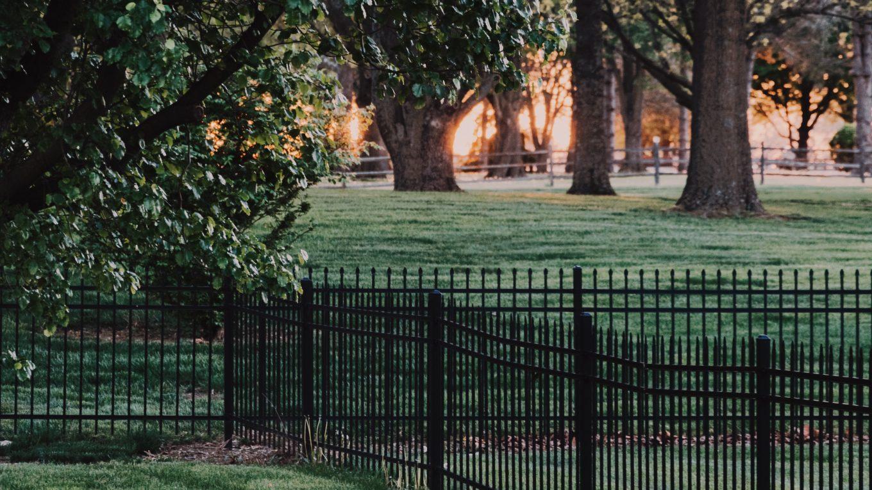 táblás kerítés, vas kerítés telek körül