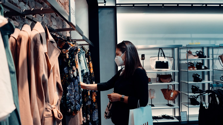 FFP2 szájmaszk használata boltban egy hölgy által